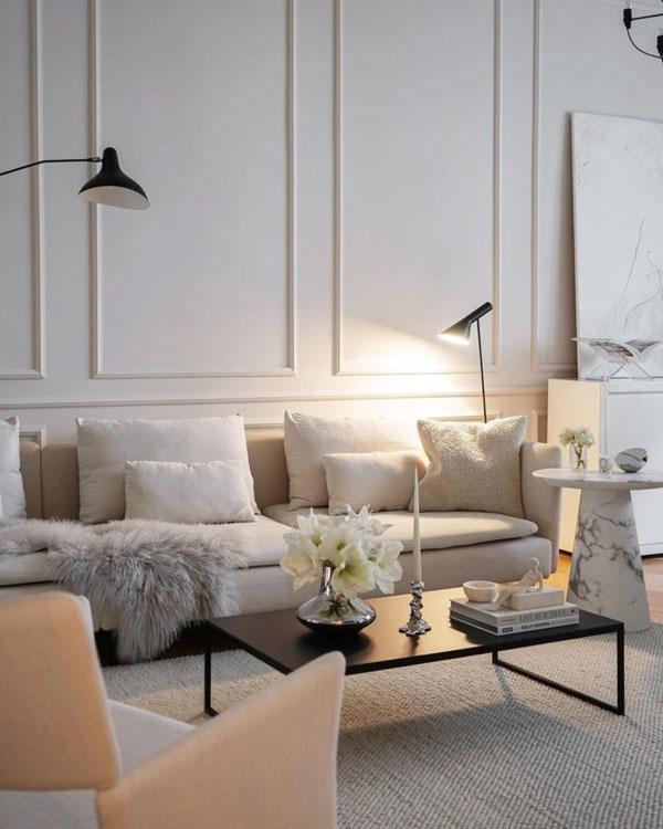 современный диван в классическом интерьере