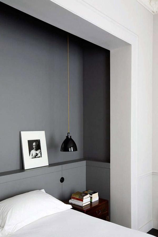 черная стена в изголовье кровати