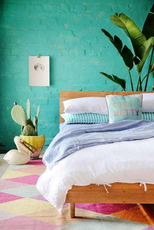 стена в спальне с кирпичом зеленого цвета