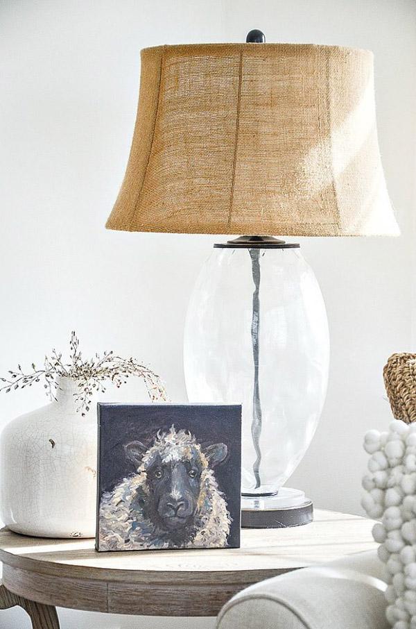 красивая лампа акцент в интерьере
